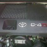performa mesin diesel 2KD-FTV (D-4D) yang ditanamkan pada Toyota Fortuner. Tanpa adanya teknologi VNT/VGT dan absennya intercooler (baru dibekalkan di 2012), tenaga mesin yang mampu dihasilkan Fortuner Diesel ini hanya sebatas 102 PS saja, yang mana ini lebih kecil dari hatchback semacam Toyota Yaris. Tenaga ini memang didukung dengan torsi yang mumpuni khas mesin diesel dan tidak ada masalah untuk melajukan kendaraan bongsor ini, namun ada kesulitan ketika melakukan overtaking, khususnya di jalur arteri/non-tol.  Versi bensin juga tidak jauh berbeda. Berbekal mesin 2TR-FE berkapasitas 2700 cc, tenaga 158 PS yang dihasilkan Fortuner Bensin sedikit lebih mudah untuk overtaking. Sayangnya, akselerasi di putaran terasal lebih berat dibandingkan versi diesel. Drawback utama dari versi bensin ini adalah konsumsi BBM nya yang jauh lebih boros daripada versi diesel.
